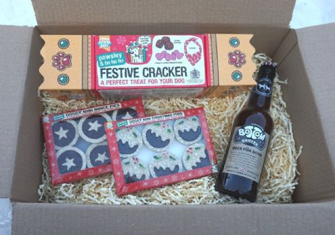 DOG CHRISTMAS GIFT BOX WITH BEER MINCE PIES XMAS PUDS DOG TREATS & XMAS BANADANA